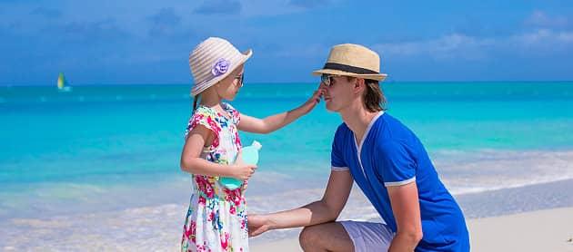 Vater und Tochter mit Sonnenschutz