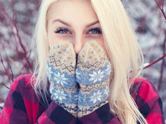 Frau mit trockener Winterhaut im Schnee