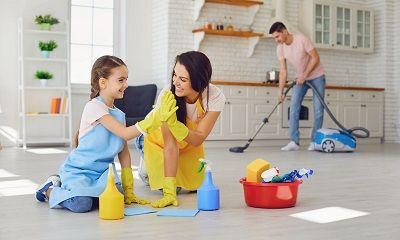 Familie beim Hausputz