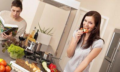 Haushaltstipps für Paar in der Küche beim Kochen