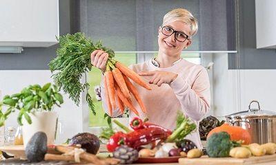 Frau beim Gemüse zubereiten