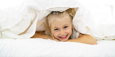 Kind im sauberen Bett
