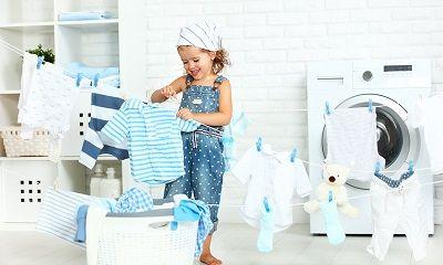 Kleines Mädchen bei der Wäschepflege