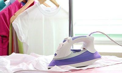 Bügeleisen und frisch gewaschene Wäsche