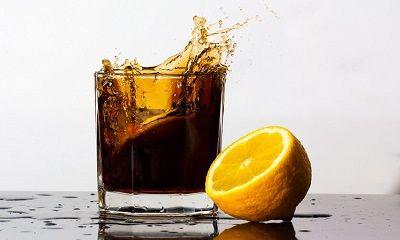 Cola schwappt aus einem Glas