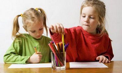 Mädchen beim Malen - Wie Filzstiftflecken entfernen?