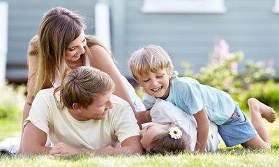 Familie liegt im Gras