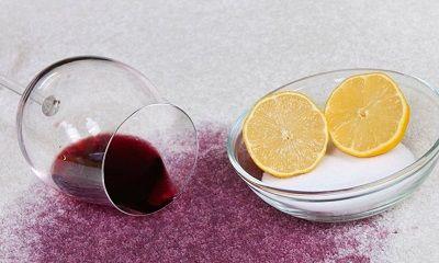 Umgestürztes Rotweinglas hat Flecken im Teppich hinterlassen